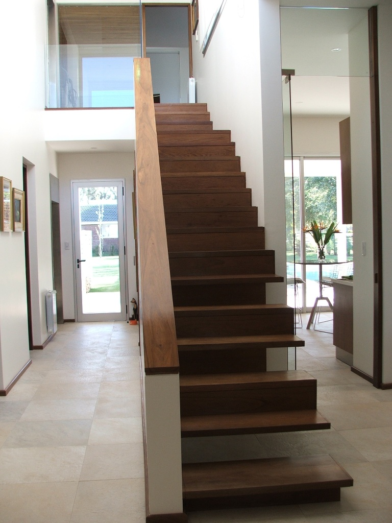 Escaleras de madera maderas y puertas g2 for Decoracion para pared de escaleras