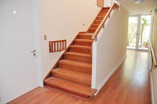 Escaleras de madera maderas y puertas g2 for Escaleras de interior precios
