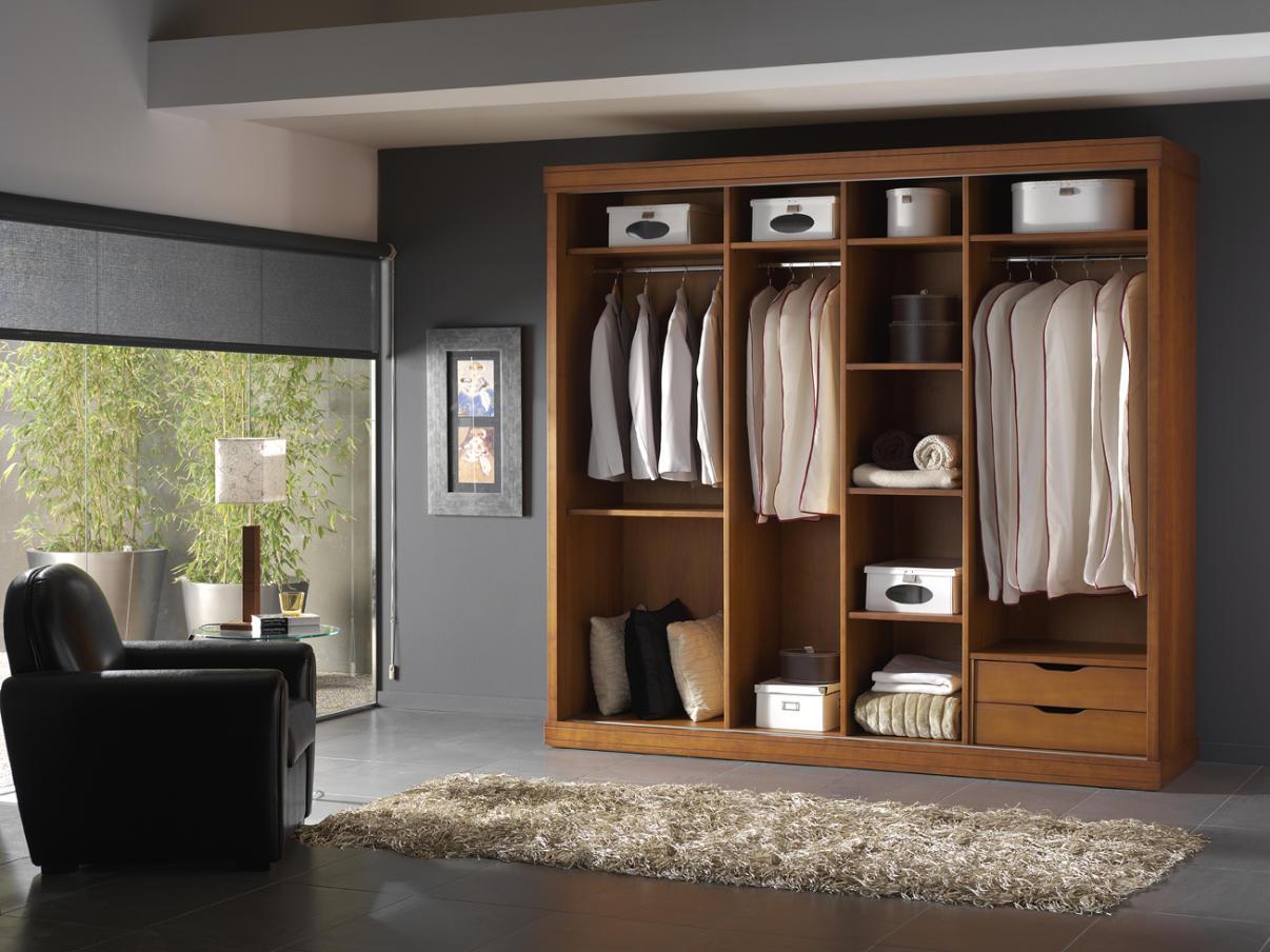 Galer a interiores de armarios y vestidores maderas y for Cortinas para puertas de armarios